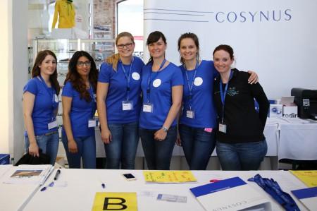02_Das-COSYNUS-Team-an-der-Registrierung-ist-bereit